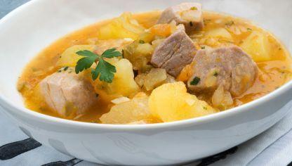 Receta tradicional de marmitako, un guiso de atún con patatas, cebolla, pimiento verde y tomate, realizada por Eva Arguiñano.