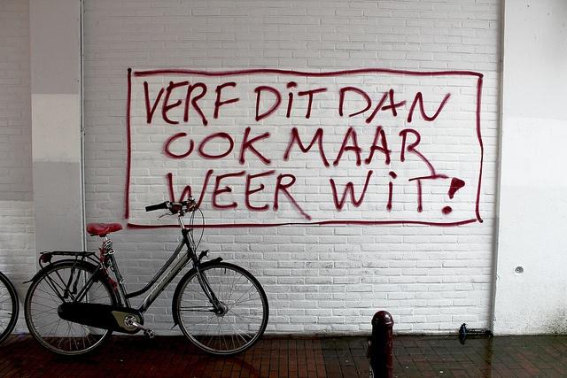 Verf dit dan ook maar weer wit. Nijmegen.