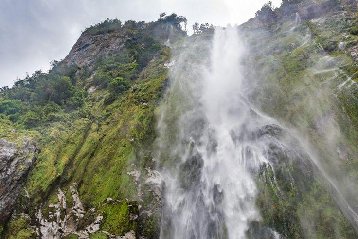 Als je recht onder een waterval staat, zie je niet goed hoe hoog is is. Zo dicht op een waterval lukt je maar heel kort zonder druppels op de lens. Voor deze foto haalde ik de lensdop van mijn camera en schoot direct een paar foto's. Hierna zaten er alweer teveel druppels op.