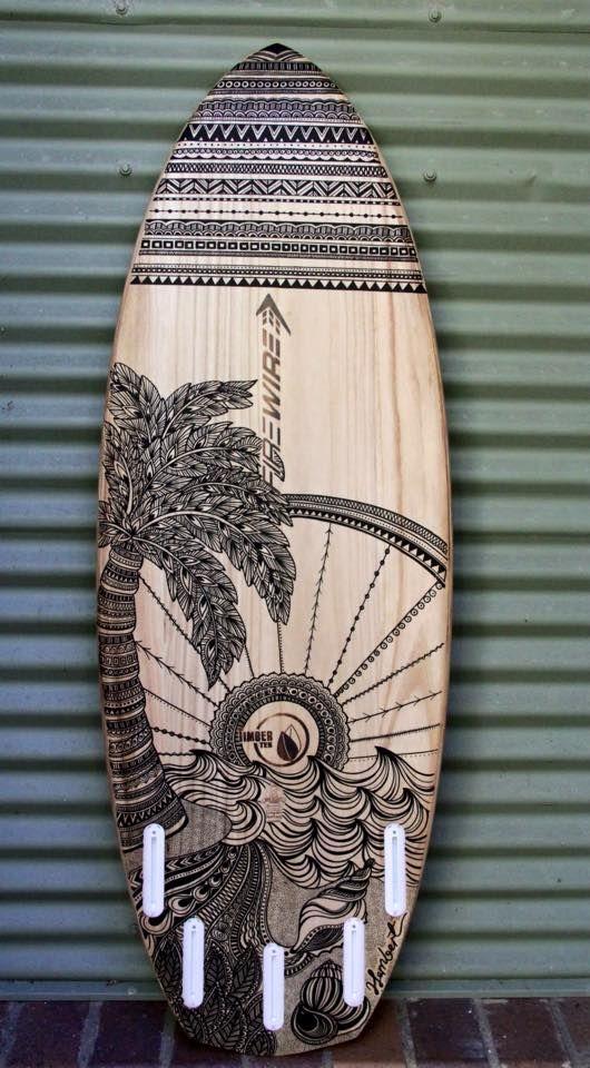 Jessica Lambert est une artiste qui habite en Australie, et plus précisément à Byron Bay. Là où les dauphins sont légion. Jessica fait du surf, dessine sur des planches de surf et arbore un joli sourire. Mandalas, yin yang, animaux sauvages...