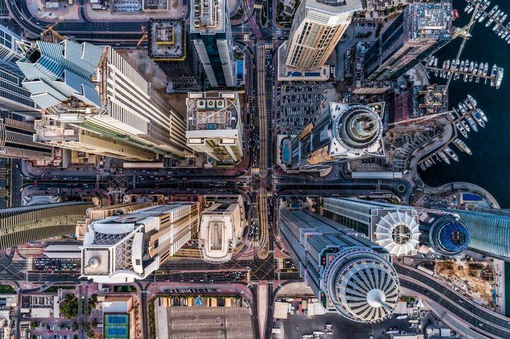 Primer premio en la categoría Urbana. Jungla de hormigón, de Bachir Moukarzel (Emiratos Árabes Unidos). Tomada durante una puesta del sol en Dubái, la imagen capta una zona que hace 10 años era literalmente un desierto y ahora está llena de...