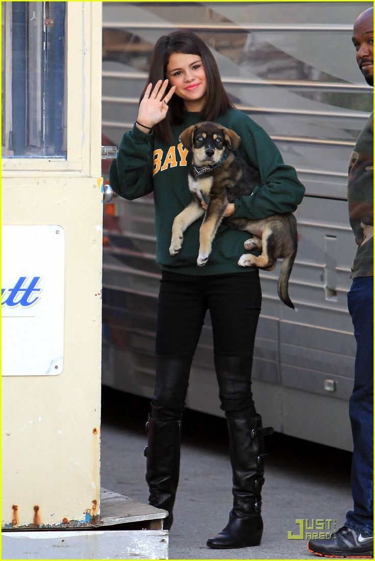Selena Gomez & Baylor at the JLC in London Ontario October 24, 2011 :) I finally found a good pic!!!