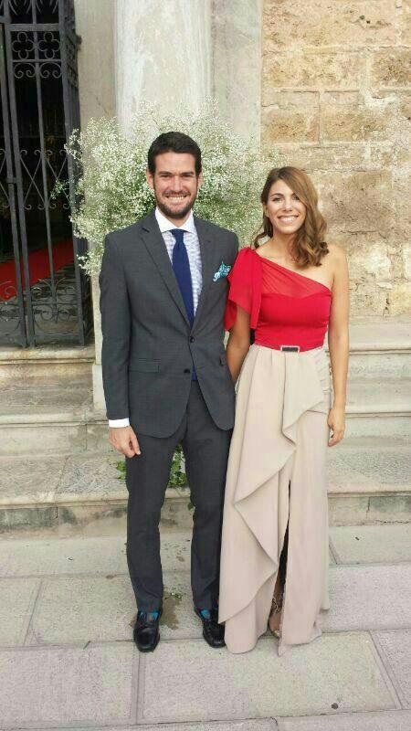 Ángela luce un vestido de crepé y gasa de falda con abertura y top asimétrico.