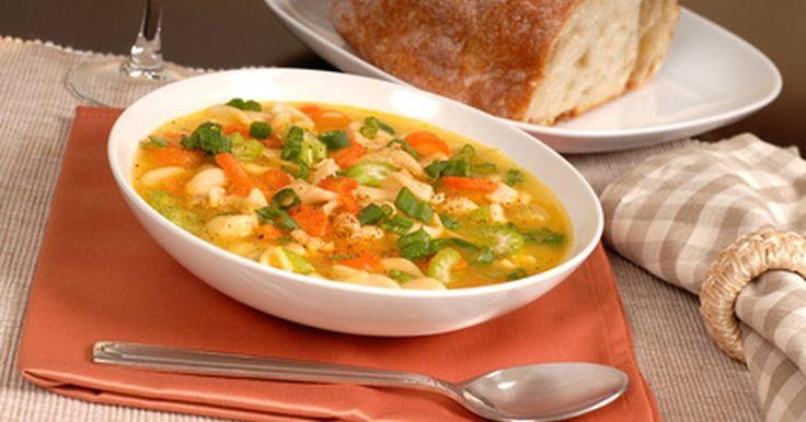 Cómo hacer sopa con pollo asado. Hacer sopa de pollo no tiene que llevarte todo el día. Con unos pocos ingredientes de tu despensa y un pollo asado comprado en la tienda, obtendrás una deliciosa sopa casera burbujeando en la estufa en muy poco tiempo.