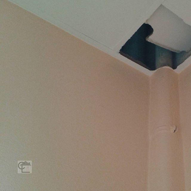 🏠Lors d'un diagnostic amiante, la présence d'un coffrage dans un angle de mur (ou ailleurs) doit nous alerter sur l'éventuelle présence d'un tuyau en fibro ciment amianté. Quant aux faux plafonds, toujours les soulever. Les plénums peuvent réserver des surprises. Tuyau en fibro ciment amianté dans une maison de #Valenciennes. #cabinetlucarre #diagnostic #immobilier #amiante #asbestos