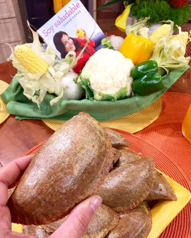 EMPANADAS DE AVENA RELLENAS DE RICOTA Y ESPINACA!!! #recetasaludable para @despiertamerica. Se las prometí y aquí va!  #MASAdeAVENA  4 tazas de harina de avena (o combinar 2 tazas de harina de trigo integral y 2 de harina de avena) 1 botellita de agua con gas (330 ml/cc) 3 cucharadas de levadura seca diluida en  taza de agua tibia 1 cucharadita de sal baja en sodio 4 cucharadas de aceite de oliva 1 cucharada de linaza molida 1 huevo Orégano en polvo al gusto Aceite vegetal en spray  #RELLENO…