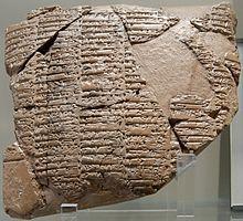 Elamite → Traité d'alliance entre Naram-Sin d'Akkad et Khita, prince d'Awan ; élamite écrit en écriture akkadienne. Argile, vers 2250 av. J.-C. à  Suse en Iran. L'élamite était une langue agglutinante isolée, qui a possiblement un lien  avec les langues dravidiennes (dont l'actuel brahoui).  Le foyer de la civilisation proto-élamite (v.3200-v.2700) se concentre sur le site actuel de Tell-e Malyan (ou Tall-i Malyan ou Tepe Malyan) correspondant à l'ancienne ville d'Anshan.