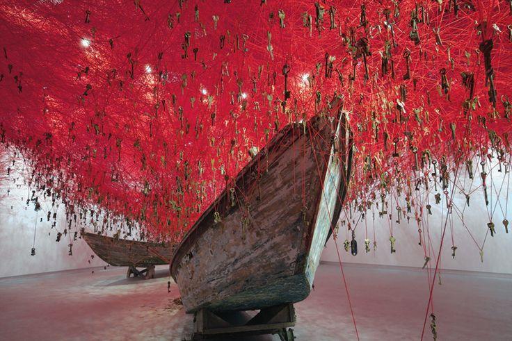 Installée dans le pavillon du Japon à la biennale de Venise, cette oeuvre de Chiharu Shiota est constituée de fils de laine rouge suspendus et entremêlés au dessus des visiteurs. Plus de 50 000 clés de portes toutes différentes et dans différents états de conservation y sont attachés et une paire de vieux bateaux au sol semblent se prendre dans les fils comme dans un filet.