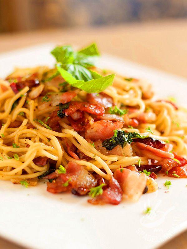 Spaghetti al bacon e pomodori secchi: un primo semplice e veloce nel solco della tradizione tutta italiana ma con un tocco di sapore in più!