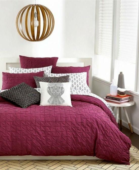linge de lit bordeaux et suspension en bois très chic