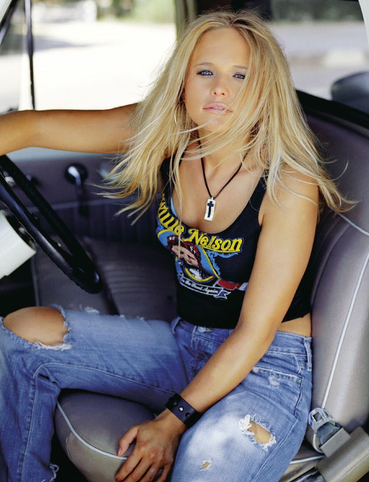 Miranda Lambert Looking Mighty Fine while Sitting in a Car