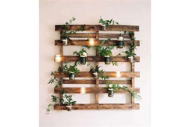 Diez proyectos para decorar con pallets Con un par de frascos de vidrio, plantas, velas y un pallet podés tener tu propio jardín vertical en el balcón. Foto: Stylemepretty.com