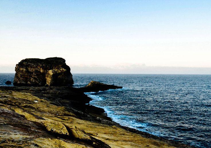 Fungus Rock - Gozo - Malta skała wapienna u wejścia do zatoki Dwejra przy wyspie Gozo w archipelagu Wysp Maltańskich o wysokości 60 metrów.