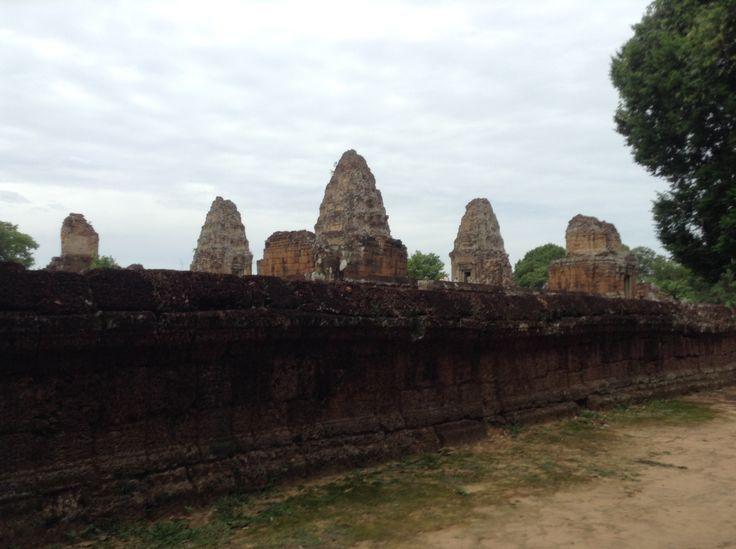 Mebon  Angkor, Camboya dedicado en 953  Este grande (126m x 121m, 416 'x 400') complejo del templo fue construido por Rajendravarman (944-968) en una isla en el medio de la Baray Oriental. Tanto el baray y la isla se habían construido por un rey anterior, Yasovarman I (899-915). Visitar el templo ahora, cuando el baray ha secado, se debe visualizar el gran depósito lleno de agua, hasta el nivel de la primera plataforma).