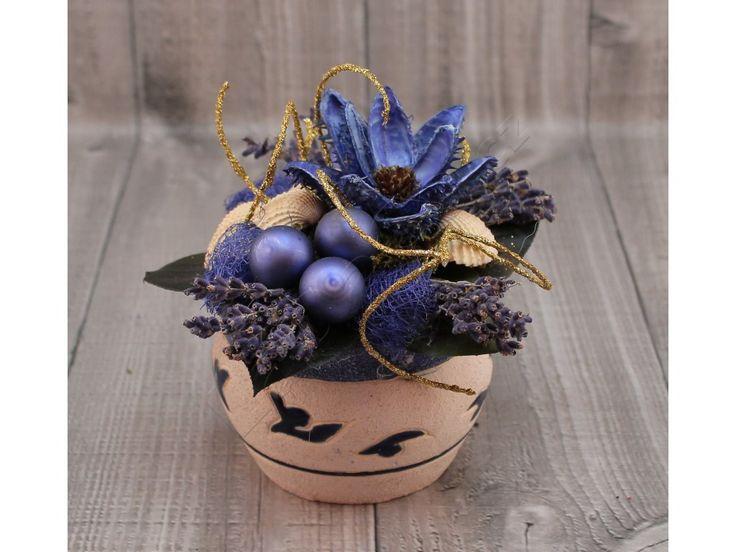 Vánoční aranžmá v keramické mističce.    Použité materiály: přírodní větvičky, doplněné dekoracemi.    Barevná kombinace: modrá    Rozměry: 150x150x130mm    Pouze v jednom vyhotovení, každý kus je originální.