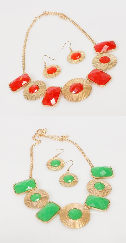 Combina los collares verde menta y coral, para que luzcas fantástica