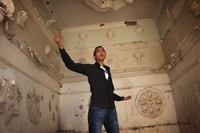 """Ahmad (17) uit Jordanië werd 2 jaar geleden van school gestuurd n.a.v. een incident waar hij geen schuld aan had. Tegen zijn eigen wens in, is hij gaan werken in een computerwinkel. Gelukkig gaat hij nu weer halve dagen naar school, maar hij heeft veel gemist. Ahmad: """"Ik droom ervan om operazanger te worden. Ik word heel kalm van deze muziek. Ik sluit mijn ogen en geef me over aan de melodie. Dat gevoel wil ik ook graag op anderen overbrengen. Photo: Chris de Bode"""