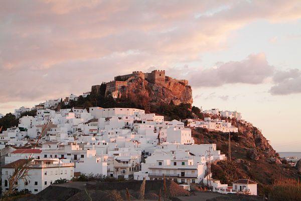 Salobreña es un pueblo de playa que cuenta con un maravilloso casco antiguo, un castillo árabe del siglo XII y unas calles empedradas que invitan a perderse