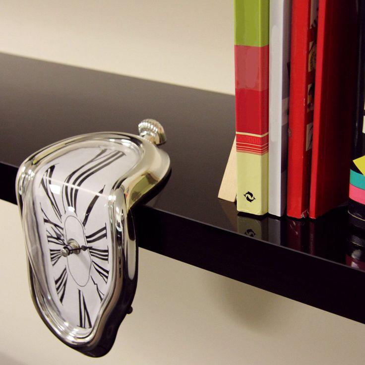 """Se cercate un regalo di classe, questo fa sicuramente per voi: un orologio che porta nella realtà i celebri orologi molli, capolavoro del grande artista surrealista. Si tratta di una citazione del famoso dipinto """"la persistenza della memoria""""."""