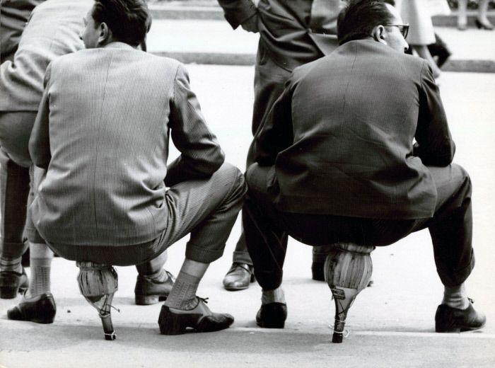 Pausa pranzo sui fiaschi, Milano 1949  ©Mondadori Portfolio/Mario de Biasi