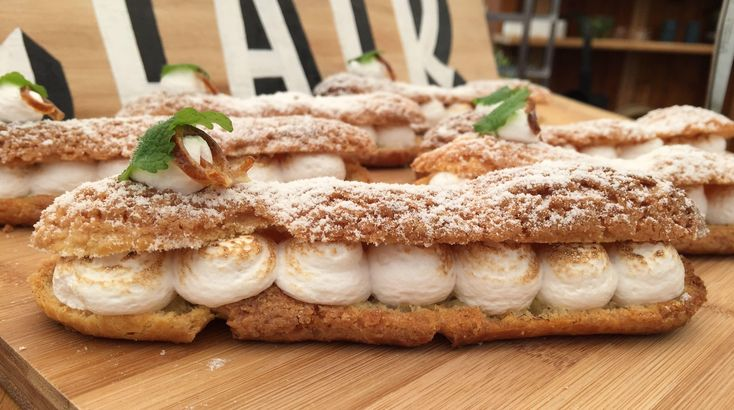 Opskrift fra Den store Bagedyst på eclair ala tarte au citron - to franske klassiske kager forenet i én. Disse eclairs er både, smukke og friske i smagen.