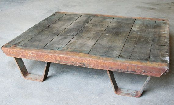 Vintage Industrial Coffee Table Pallet // Industrial Furniture...yup I can see Shaun making this for me in the future :)