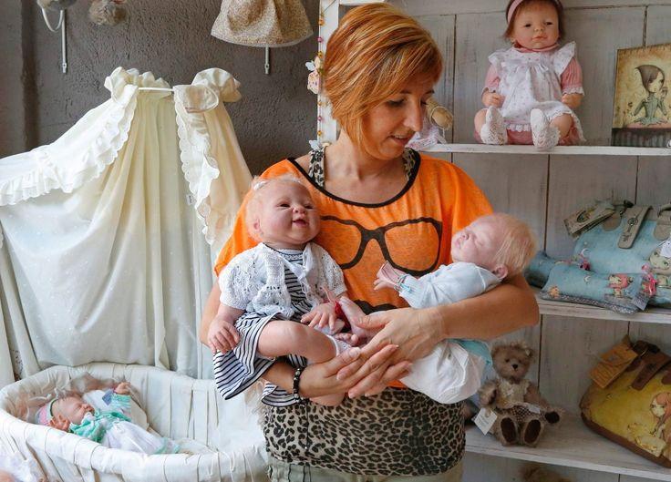 Kunstenares Beatrice v Landeghem maakt poppen die lijken op echte baby's. Populair bij rouwende ouders