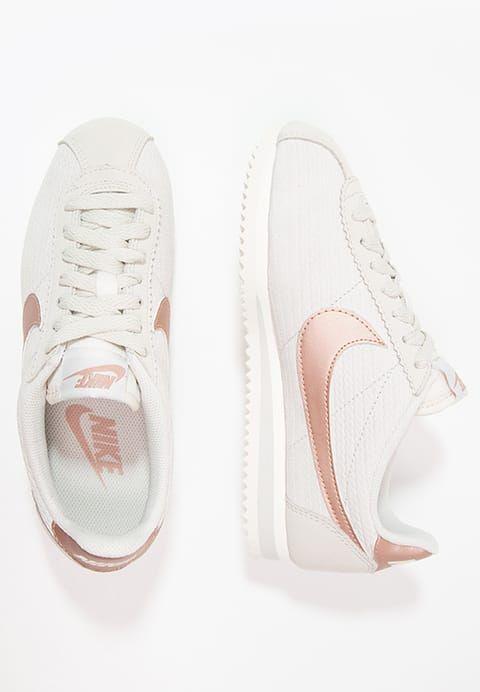 Trendy Sneakers 2017/ 2018 : Chaussures Nike Sportswear CLASSIC CORTEZ LUX – Baskets basses – light bone/meta ,  Lori Lind