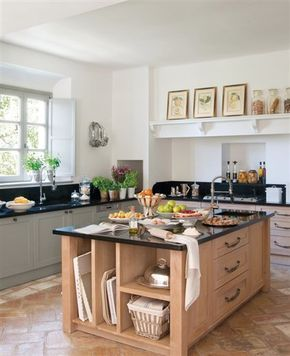 cocina con isla de madera de roble encimera de granito negro mobiliario realizado por