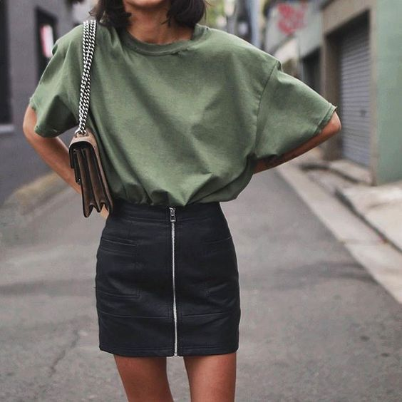 Street style | Khaki t-shirt tucked in black leather skirt with a purse