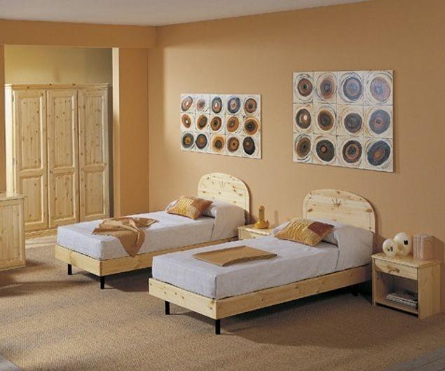 Camera matrimoniale in legno di pino, con ampio armadio stagionale ...