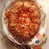 Manteli-omenakranssi - Ainekset    5 dl maitoa  1 tl suolaa  1 dl Dansukker Taloussokeria  2 tl hienonnettua kardemummaa  12-14 dl vehnäjauhoja  1 pussi kuivahiivaa  100 g margariinia    Täyte  150 g mantelimassaa  1-1 1/2 dl omenasosetta  (1 tl perunajauhoja)  1 1/2 dl rusinoita