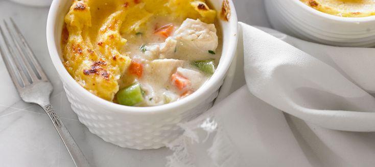 Un pâté au poulet revampé à l'italienne… La polenta se mêle à la sauce au poulet et y apporte une onctuosité supplémentaire. Réhabiliter les bols de soupe à l'oignon pour un repas en portions individuelles, quelle belle idée.