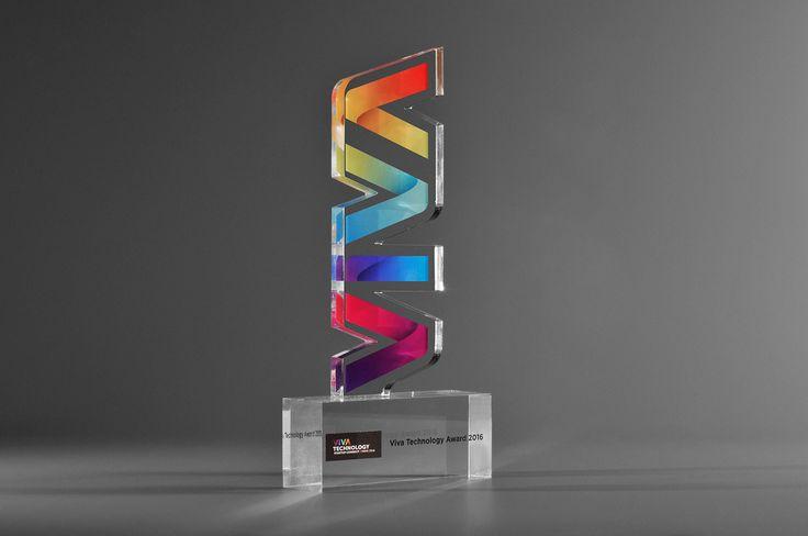 Trophée en plexiglas découpé pour Viva Technology avec impression numérique polychrome. Artempo