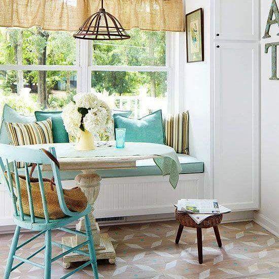 Combine uma mesa rústica com cadeiras e almofadas coloridas... O cantinho ficará charmoso e perfeito para um café da manhã!  #decoracao #decore #designdeinteriores #bomdia #homesweethome #home #homedecor #moblybr #mobly #inspiração #inspiration #love #happy  #quintafeira #coffe #blue #color #lar #lardocelar