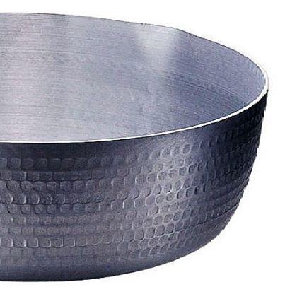 0626 アルミ鍋にはご注意を 2013年 子どもさんの好きなケーキや蒸しパン等に使われる ベーキングパウダー類に使用されるアルミニウムに問題があるという事で厚生労働省が使用基準を作り規制を掛けました。 そんな所から 今までアルミ鍋もまったく規制が有りませんでしたが こうなって来ると要注意です。 アルミニウムは大量に摂取すると中枢神経障害や骨軟化症 腎臓や握力に障害が起こることが動物実験で確認されています。 その他 アルツハイマー病との関連も指摘されていますが、現状では 原因として特定されている分けではない。