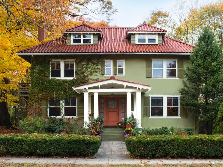 Charming #curbappeal looks from Newton, Massachusetts // #Boston #hgtvmagazine // http://www.hgtv.com/design/outdoor-design/landscaping-and-hardscaping/copy-the-curb-appeal-newton-massachusetts-pictures?soc=pinterest