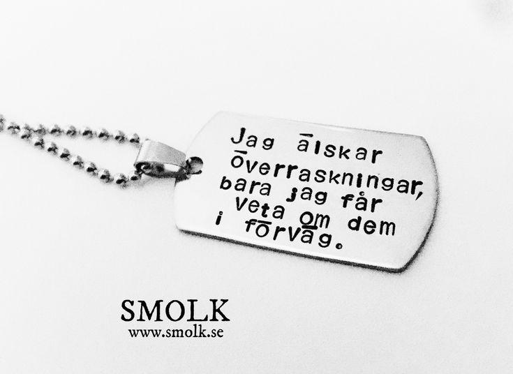 Halsband med handstansad text på bricka av rostfritt stål med citat av Susanne DahlénStorlek.48x26 mm