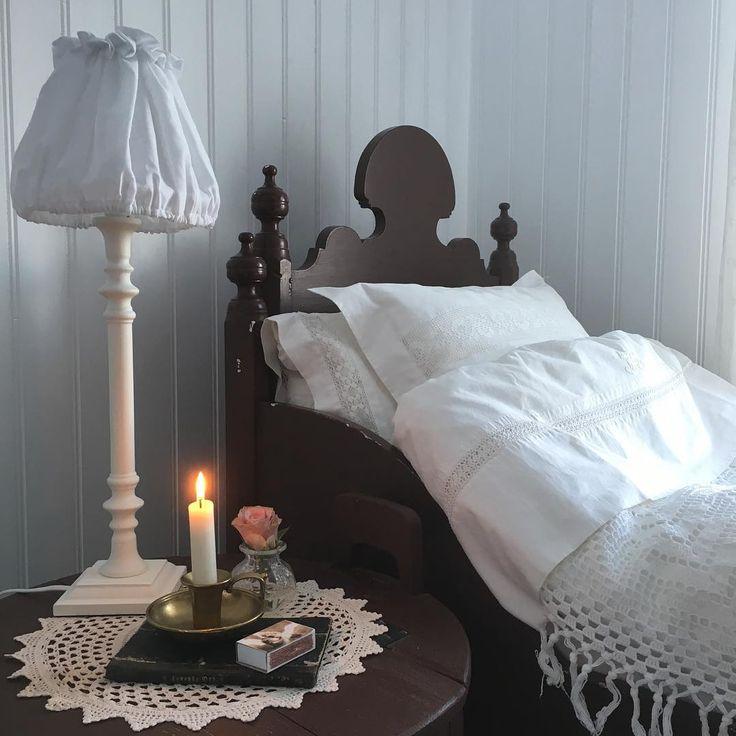 Så var det jammen søndagskveld igjen 💫. Utrolig så fort helga har gått. Snart på tide å finne senga igjen😴. Jeg skal ikke sove i denne senga da. Her er bare små prinsesser på overnatting som pleier å sove da senga er litt kort. Ha en fin kveld og en god natt ✨. #soverom #bedroom #gamleskatter #antik #antique #antique_r_us #shabbychic #shabby_chichomes #kkliving #boligdrøm #interior #interior9508 #interior4all #vakrehjemoginteriør #delvakkerthjem #mynorwegianhome #myscandinavianhome…