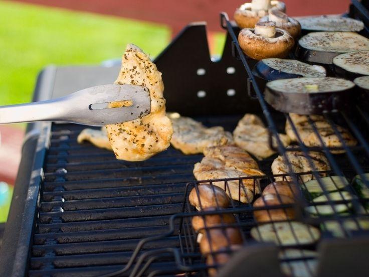 Niet alleen buiten eten, maar vooral buiten koken vinden wij erg leuk. Natuurlijk met de barbecue als hoogtepunt, of soms zelfs met complete buitenkeukens. Waar vroeger alleen nog de simpele houtskool barbecue bestond, heeft u nu enorme keus uit verschillende barbecues. De houtskool barbecues zijn nog steeds in trek, maar u heeft nu ook keuze uit gasbarbecues, elektrische barbecues, complete bu…
