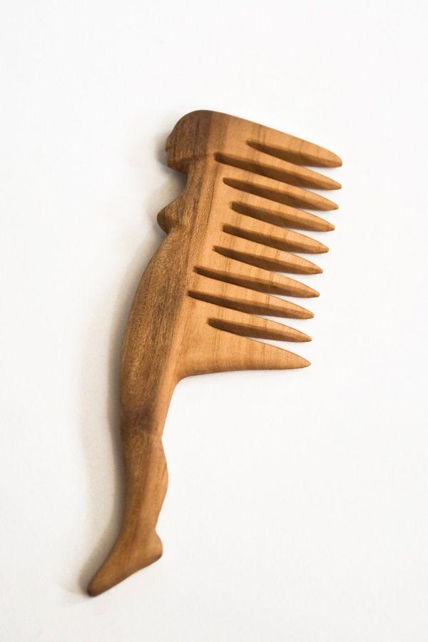 Pieptene din lemn cu silueta feminina (25 LEI la art3lier.breslo.ro)