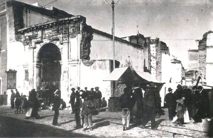 Fotos de la Sevilla del Ayer (II) - CALLE REGINA, mejor dicho a la Plazuela que llevaba tal nombre, sita en el extremo norte de la Plaza de la Encarnación 1904