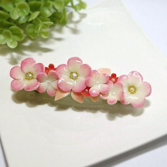 夕日に照らされたような茜色の小花をあしらったバレッタです。ふんわりとしたグラデーションの花に真っ赤な小花がアクセントになっています。洋装、和装、どちらでもシックでエレガントな装いを引き立てます。●カラー:茜色●サイズ:モチーフ 縦10.3cm 横3.4cm バレッタ金具長さ8cm●素材:ポリマークレイ、バレッタ金具(シルバーカラー)●注意事項:耐水性のコーティングを施してありますが、長時間の水濡れにはご注意下さい。濡れたり汚れたりした場合はすぐに柔らかい布などで拭き取って下さい。強い力での取り扱いは破損の原因になります。●作家名:HoneyHotcakeヘアアクセサリー/髪留め/オシャレ/大人かわいい/パステルカラー/ファッション/ シンプル/可愛い/キラキラ/プラバン/プラ板/ぷら板/やさしい色合い/かわいい /つやつや/オシャレ/花【配送】ゆうパック(保証・追跡サービスあり)レターパック(保証なし・追跡サービスあり)定形外郵便物…