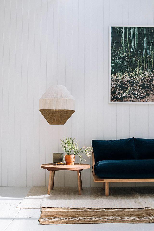 木のソファと紺のクッション