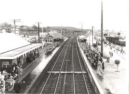 Crowds awaiting the arrival of Queen Elizabeth II onboard the royal train at Wyong Railway Station. Dated: 9 February 1954 v@e www.records.nsw.gov.au