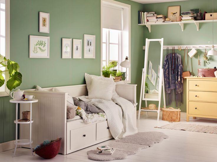 Ein kleines Zimmer, u. a. eingerichtet mit HEMNES Tagesbett mit 3 Schubladen und 2 MALFORS Matratzen und einer gelben Kommode