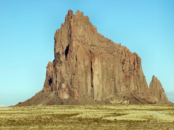 Die Felsformation Shiprock in New Mexico könnt Ihr ideal auf einer 3-wöchigen USA-Südwest-Tour mit einbauen. Auf #USAMietwagenTips gibts den Routenvorschlag + #Mietwagen dazu. [Foto:Pixabay]