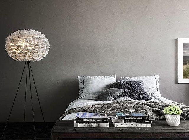 Gråa nyanser i sovrummet kan vara riktigt fint och ge en lugn känsla.  #sovrumsinspo #vitacopenhagen #sovrum #sovrumsinspiration #bedrooms #bedroomdecor #bedroom #interiors #interiordesign #lighting #interior #belysning #home #hem #nordiskahem #skönahem #nordicdesign #nordichome #nordicinspiration #inredning #inredningsinspo #inredningsdetalj #eos #eoslampa #fjäderlampa