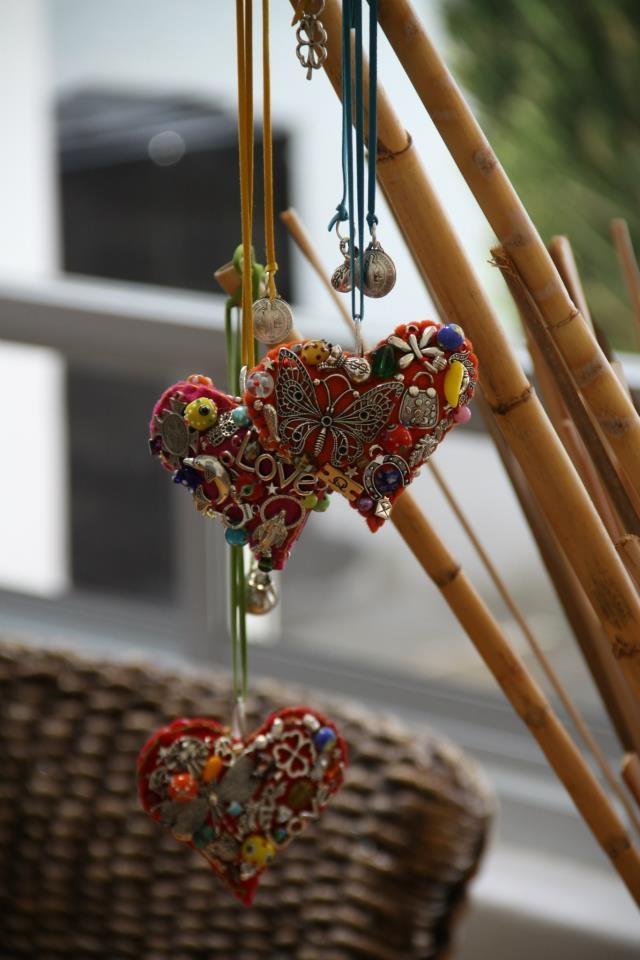 Un bello detalle para tu auto, lleno de amuletos para atraer la buena suerte, el amor, la fortuna y la protección.  Colgante corazón para auto 9x10 cm   $ 725 pesos