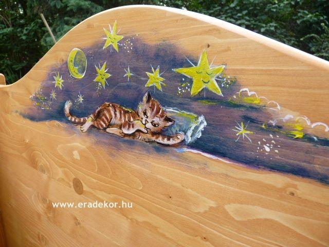 """""""Vidám mesék"""" mesemintával festett egyedi gyerekágy. Fotó azonosító: AGYSZAVANNA3"""